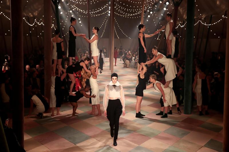 """Dior'dan """"sirk"""" temalı defile"""